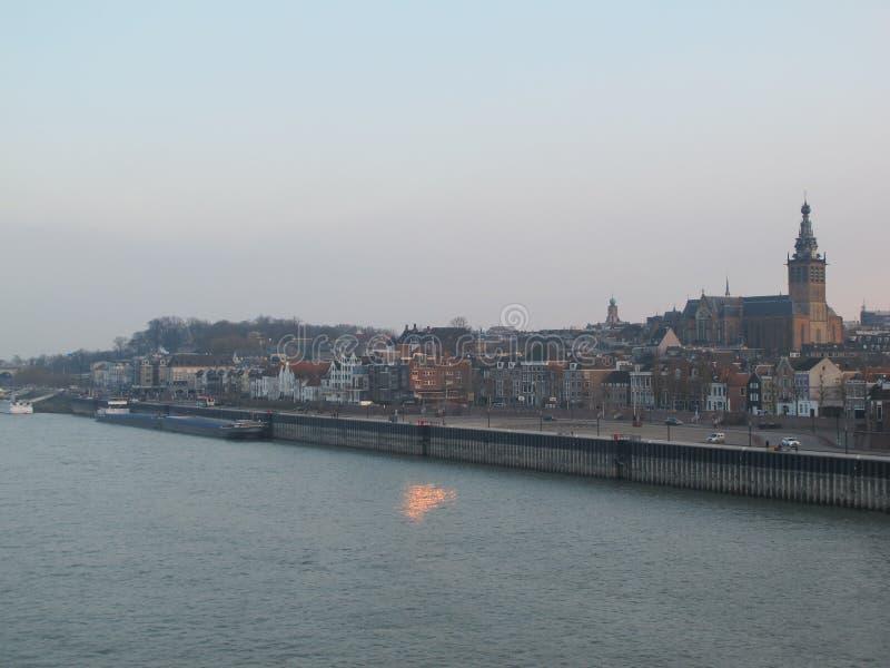 Stad door de rivier stock afbeeldingen