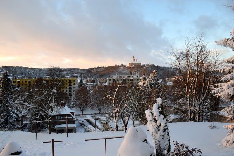 Stad door sneeuw wordt behandeld die royalty-vrije stock afbeelding