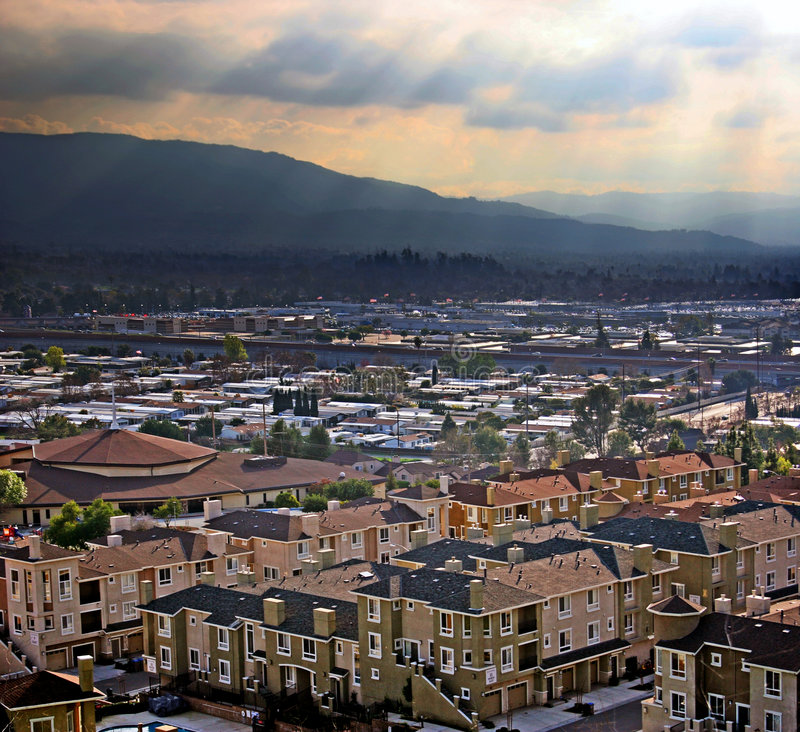 Stad in een vallei stock foto's