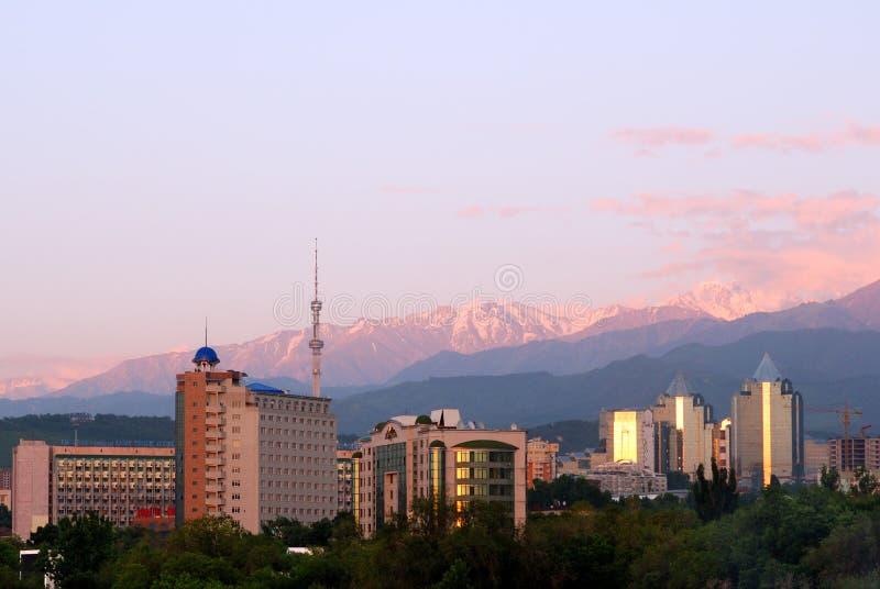 Stad en bergen royalty-vrije stock afbeeldingen
