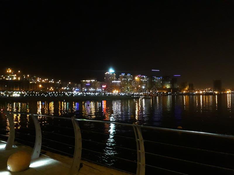 Stad en meer in nacht stock afbeeldingen