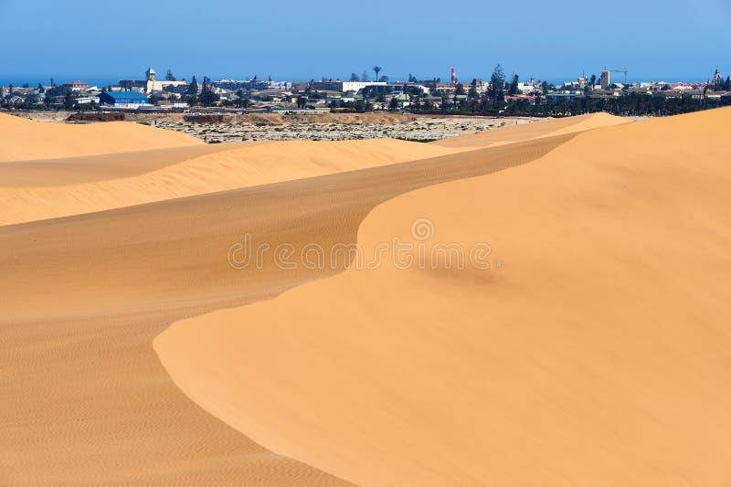 Stad en woestijn in Namibië stock foto