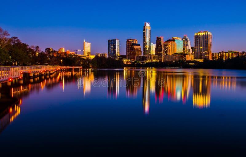 Stad för Austin central texas horisontcityscape reflexion för spegel för sjö arkivfoto