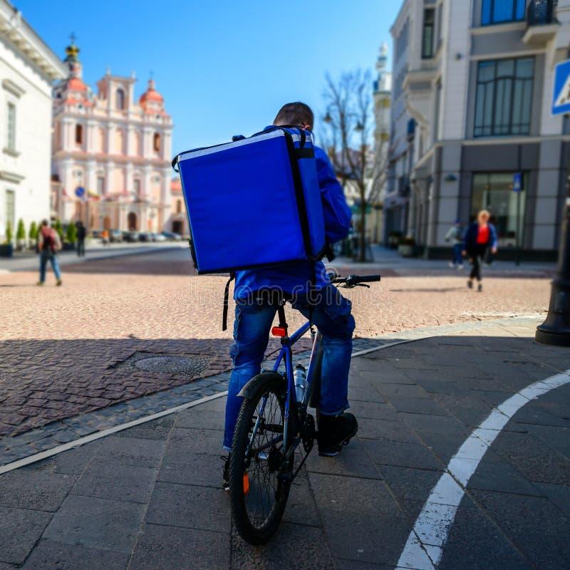 Stad för europé för kurirOn Bicycle Delivering mat royaltyfria foton