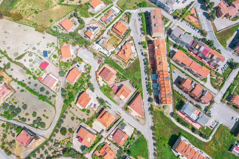 Stad för flyg- sikt med hus och keramiska tegelplattor, solpaneler, gator royaltyfria foton