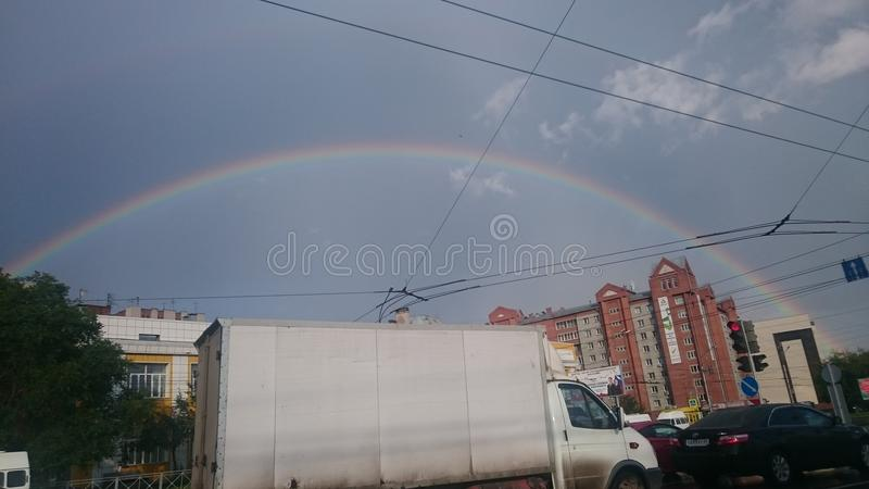 stad för himmel för regnbågeregnmoln royaltyfri foto