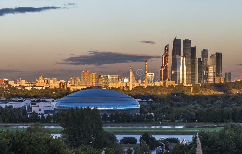 Stad för Moskva för affärsmitt på solnedgången royaltyfri fotografi