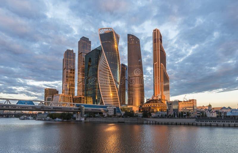 Stad för Moskva för affärsmitt på soluppgång arkivbilder