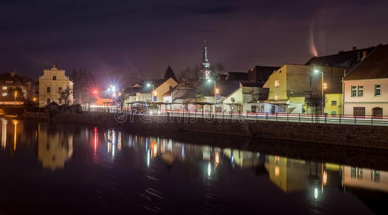 Stad för Susice SuÅ ¡ is, hus och kulle för område för mitt för TjeckienflodOtava bro i stadens centrum på natten royaltyfri foto