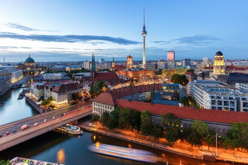 Stad för Tyskland för skymning för gränsmärke för townhall för torn för Berlin horisonttv arkivbilder