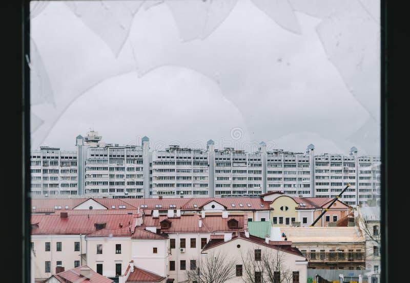 Stad från brutet fönster royaltyfri fotografi