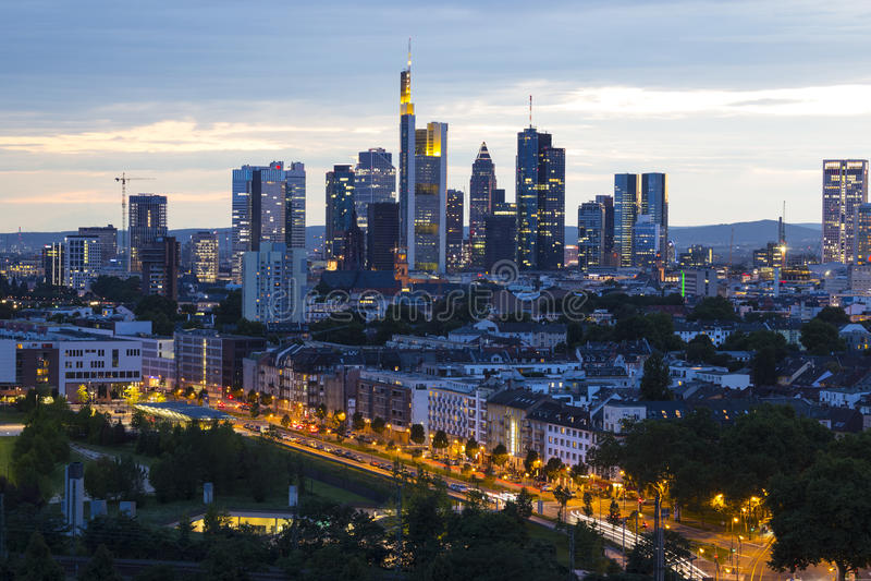 Stad Frankfurt - f.m. - strömförsörjning, Tyskland på skymning arkivfoto