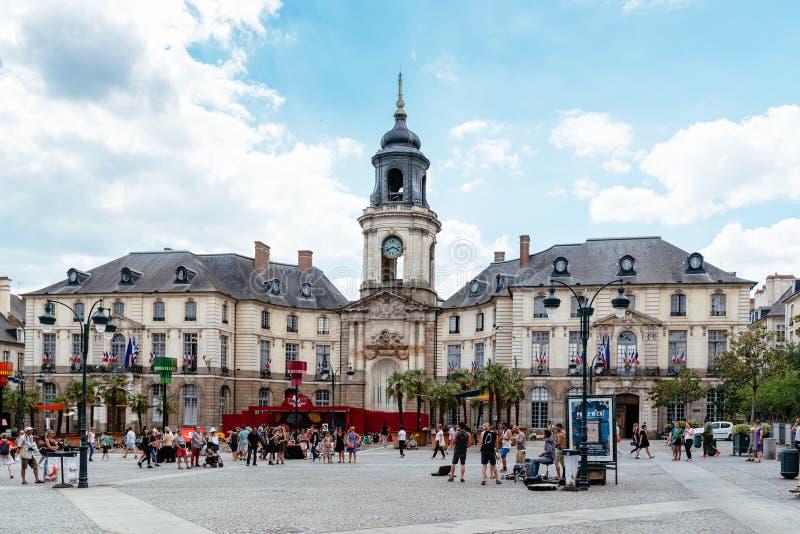 Stad Hall Plaza van Rennes met mensen die van muziek genieten royalty-vrije stock afbeelding