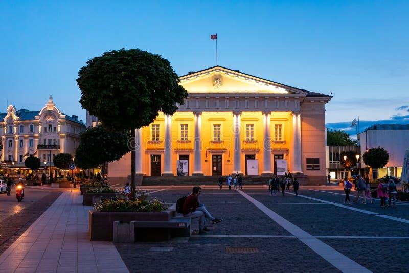 Stad Hall Square i gammal stad på natten av Vilnius, Litauen royaltyfri bild