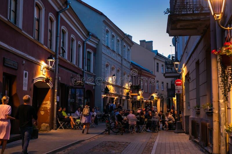 Stad Hall Square i gammal stad på natten av Vilnius, Litauen royaltyfri foto