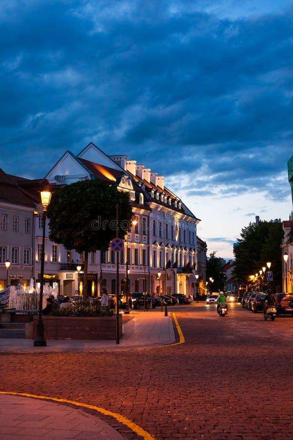 Stad Hall Square in Oude Stad bij nacht van Vilnius, Litouwen stock foto