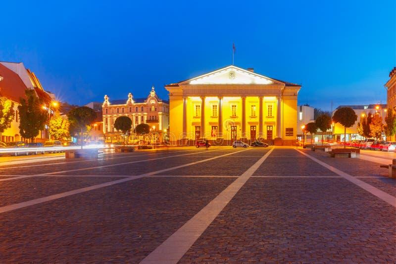 Stad Hall Square på natten, Vilnius, Litauen royaltyfria foton
