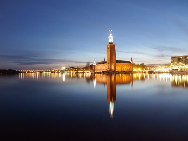Stad Hall In Stockholm, Sverige på natten arkivfoto