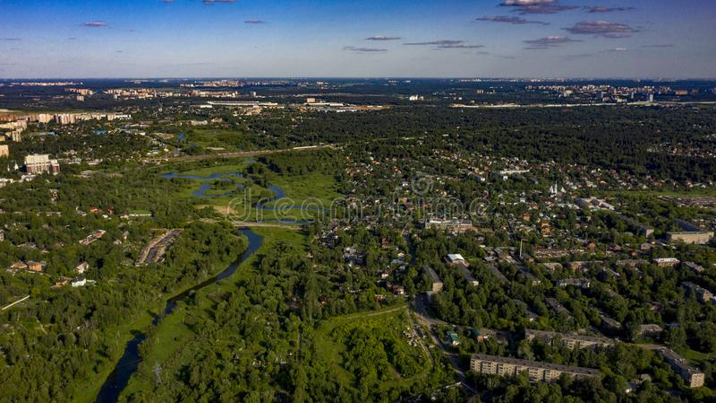 Stad in het bos dichtbij de rivier met cumuluswolken royalty-vrije stock foto's