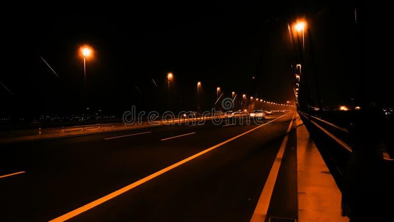 Stad i nattgatan fotografering för bildbyråer