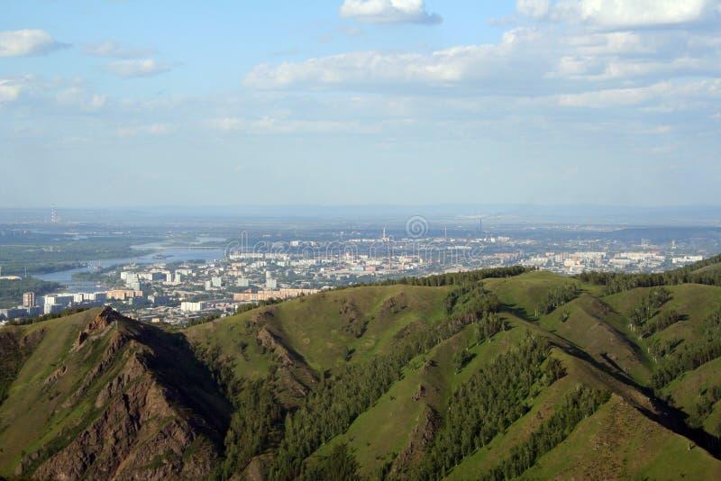 Stad Krasnoyarsk och floden Yenisei arkivfoto
