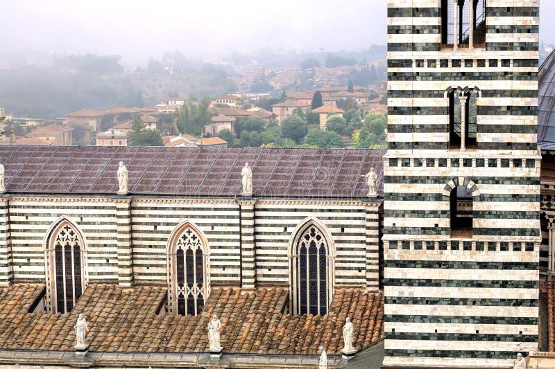 Stad med historiska byggnader och tak av de 14th århundradeDuomodina Siena, Italien Rome Italien, Europa royaltyfri foto