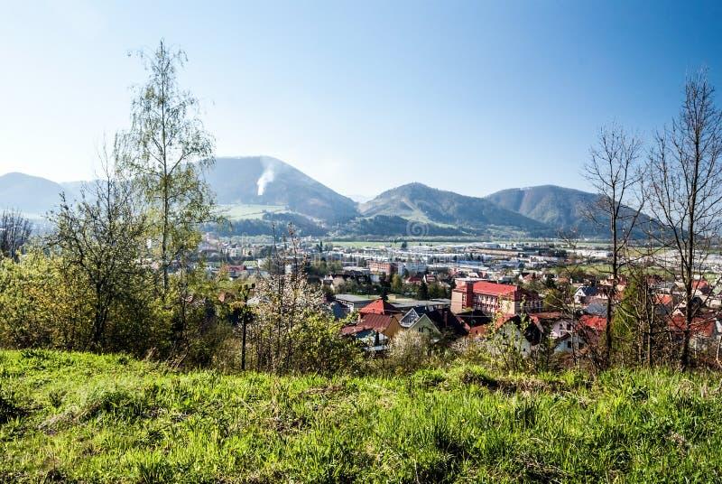 Stad med kullar på bakgrunden och den klara himlen arkivbild