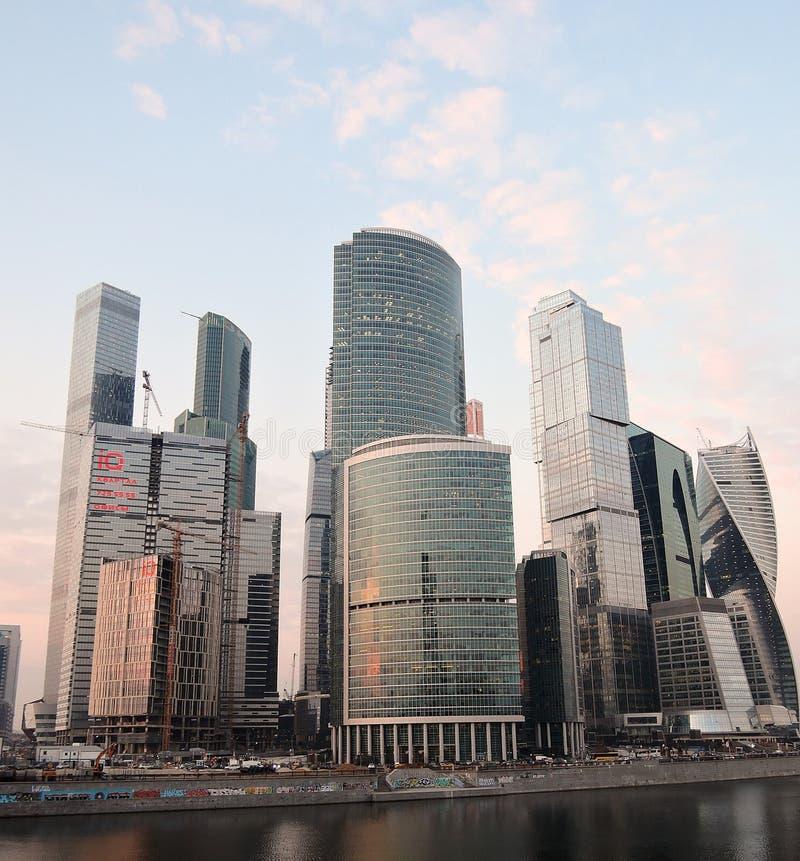 stad moscow för affärsmitt blå sky för bakgrund royaltyfri bild