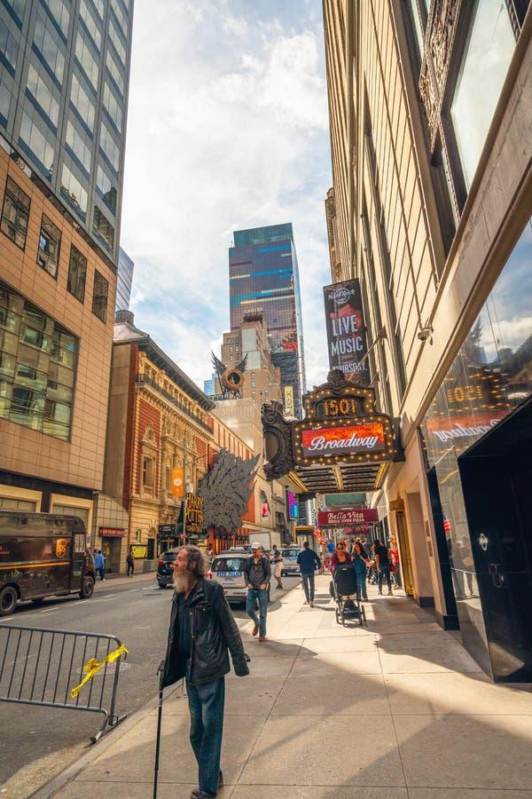 stad New York Paramount byggnad, Broadway som 1501 lokaliseras mellan v?stra 43rd och 44th gator i Times Square Street View Hom royaltyfria foton