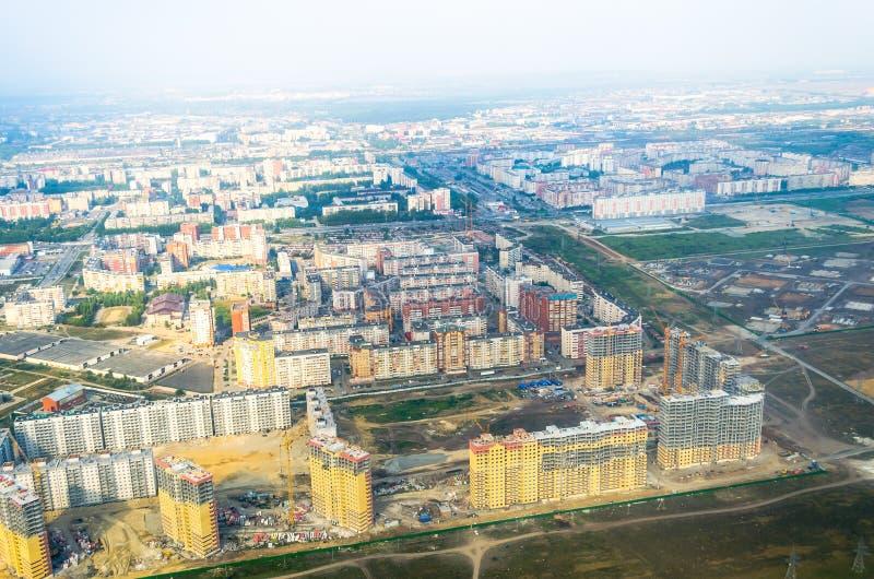 Stad och konstruktion från höjden av branschkonstruktionsutvidgningen av bostads- fjärdedelar arkivfoton
