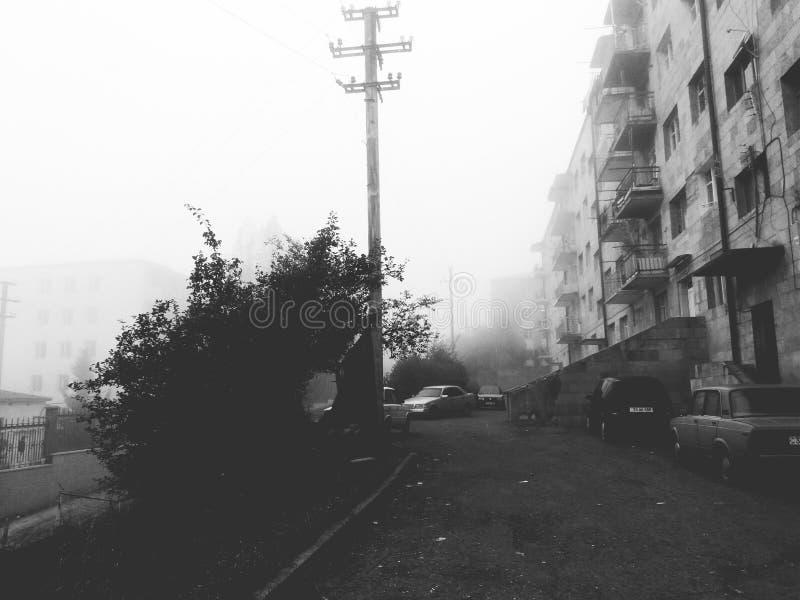 Stad och mist arkivfoto
