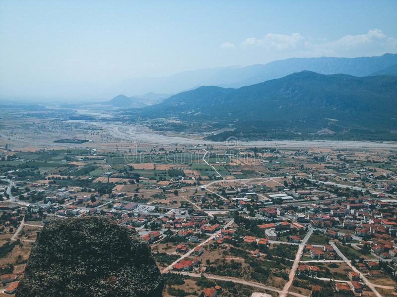 Stad onder de bergen royalty-vrije stock fotografie