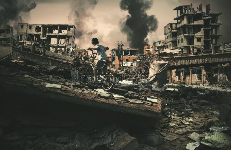 Stad in oorlog en daklozen weinig kind berijdende fiets royalty-vrije stock fotografie