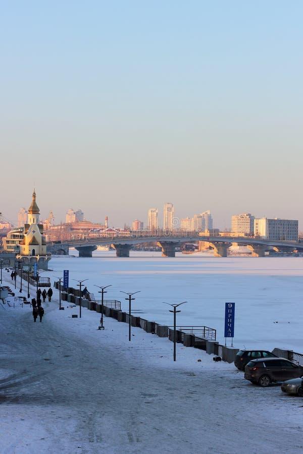 Stad op de bevroren rivier stock afbeelding
