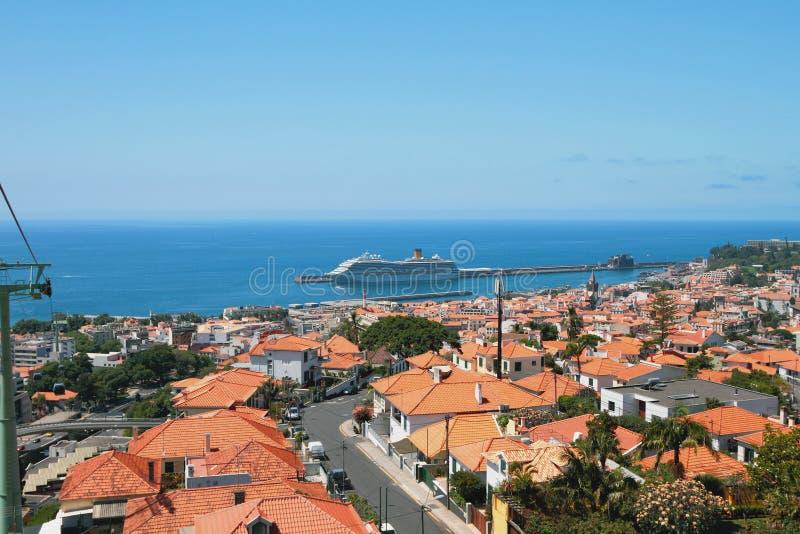 Stad op kust van de Atlantische Oceaan Funchal, Madera, Portugal stock foto