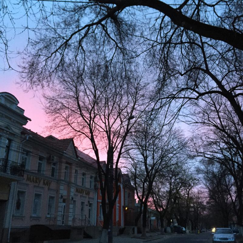 Stad op zonsopgang stock foto