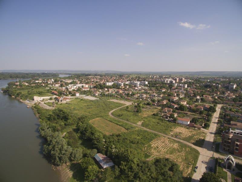 Stad på Danubet River, flyg- sikt royaltyfri bild