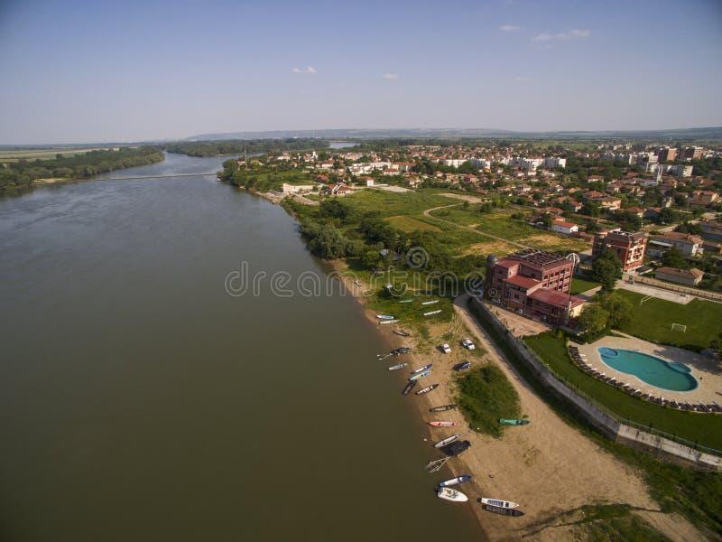 Stad på Danubet River från över arkivfoto