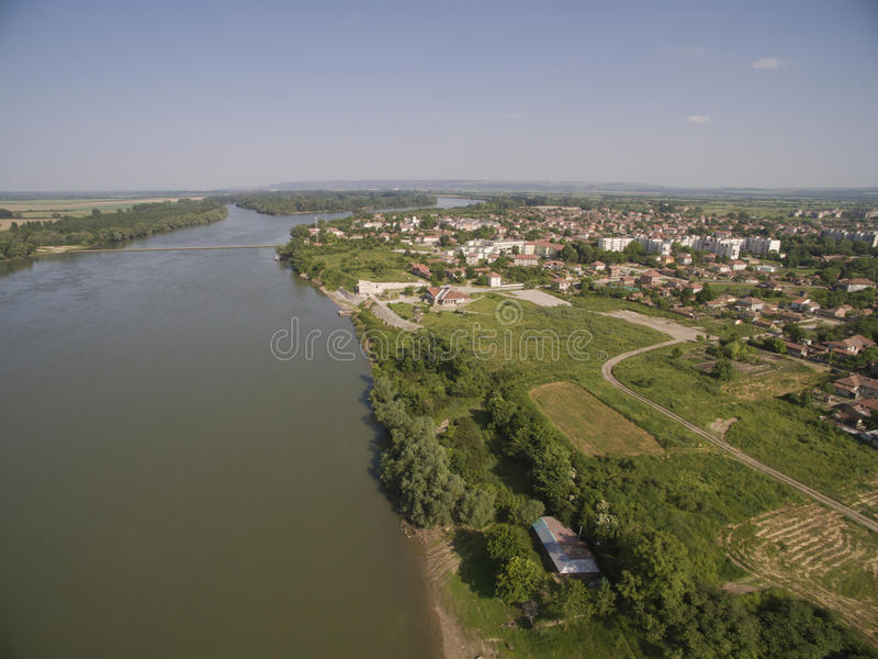 Stad på Danubet River från över arkivfoton