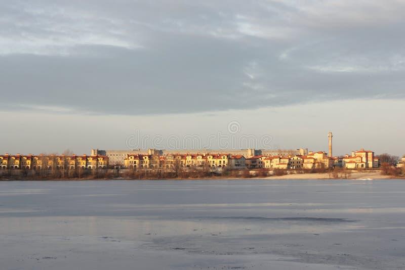 Stad på en djupfryst sjö arkivbilder
