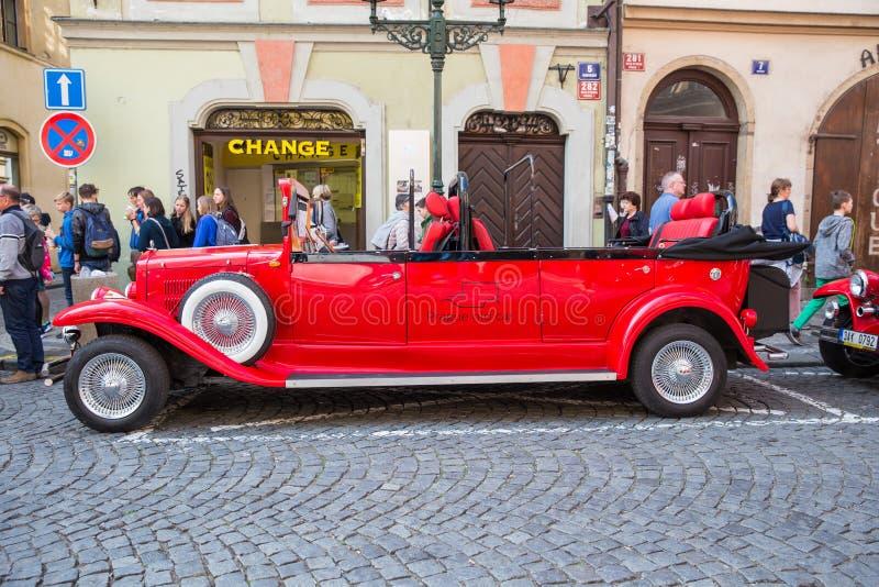 Stad Prague, Tjeckien Det finns en retro bil på gatan, som besökas av den gamla staden Loppfoto 2019 26 _ royaltyfri fotografi