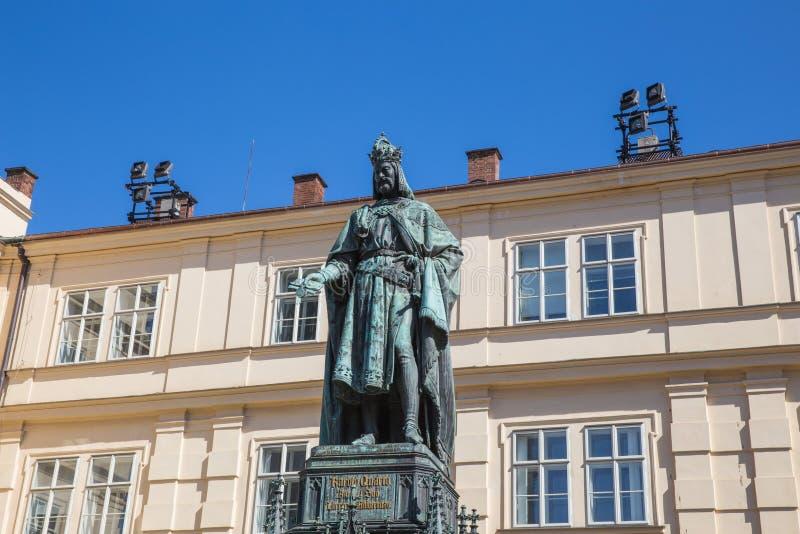 Stad Prague, Tjeckien Monumentkonung Charles på Charles Bridge och universitetet 2019 24 _ Loppfoto arkivbilder
