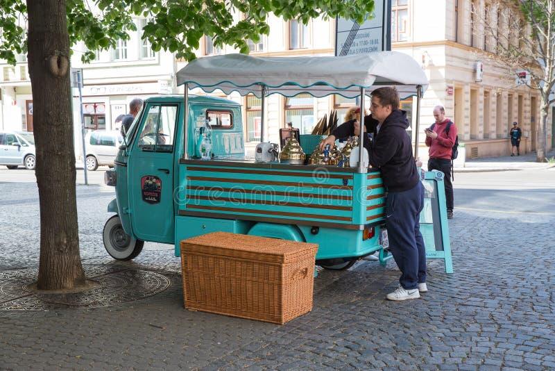 Stad Prague, Tjeckien På gatan säljs glass, säljaren gör glass arkivbilder