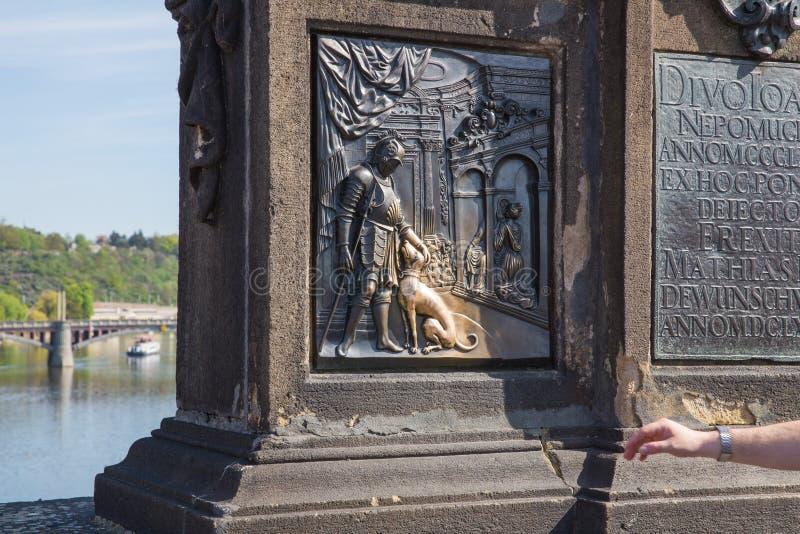 Stad Prague, Tjeckien Riddare med en hund, helig symbol, var valen kommer riktigt Loppfoto 2019 24 _ arkivfoton