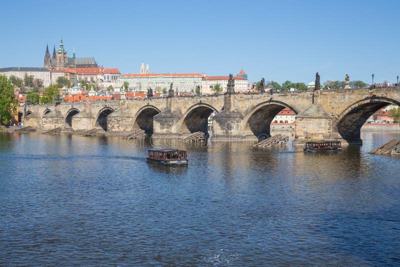Stad Prague, Tjeckien Sikt till floden och bron fr?n floden Vltava V?r 2019 24 _ Loppfoto arkivfoto