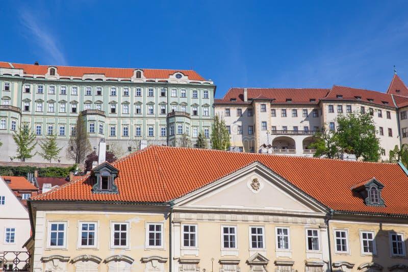 Stad Prague, Tjeckien Stadsgata med byggnader och tak Loppfoto 2019 26 _ arkivfoton