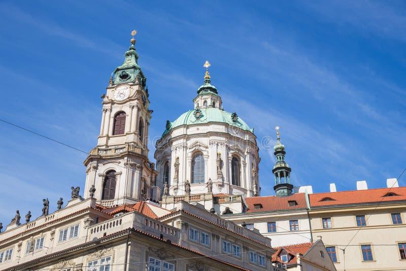 Stad Prague, Tjeckien Stadsgata med byggnader och tak Loppfoto 2019 26 _ royaltyfri fotografi