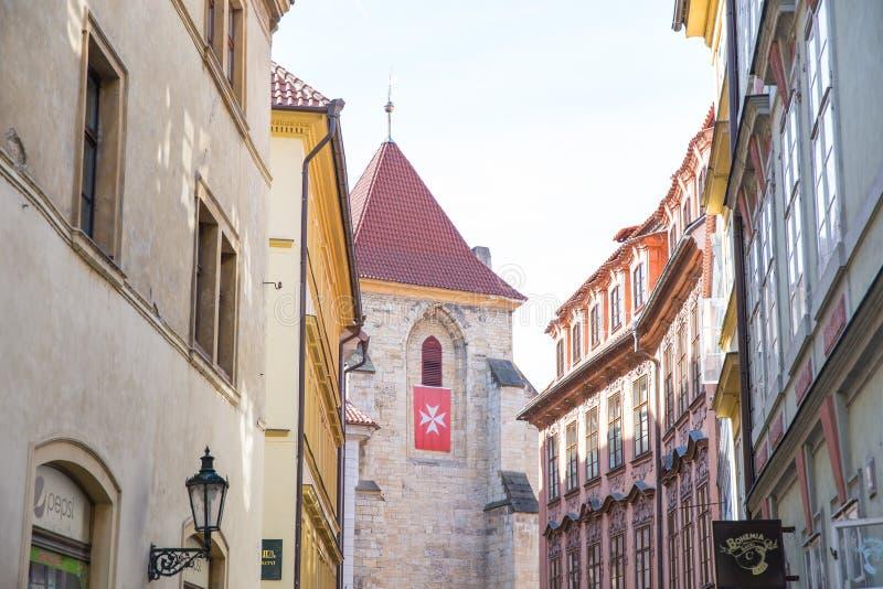 Stad Prague, Tjeckien Stadsgata med byggnader och tak Loppfoto 2019 26 _ royaltyfria bilder