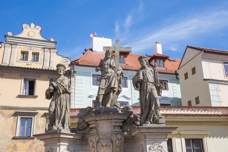 Stad Prague, Tjeckien Tre sakrala skulpturer på Charles Bridge, konst Loppfoto 2019 24 _ royaltyfri fotografi