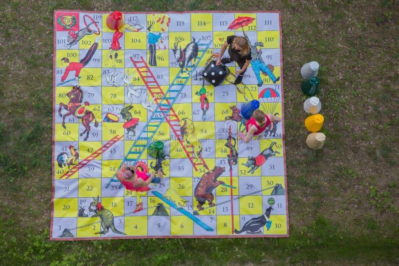 Stad Riga, lettisk republik Flickor spelar en utomhus- lek som hjälper att förena stora grupp människor 5 jun. Foto f?r 2019 lopp royaltyfri bild